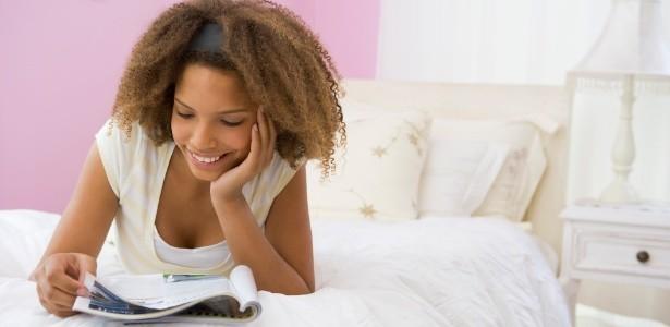 mulher negra lendo