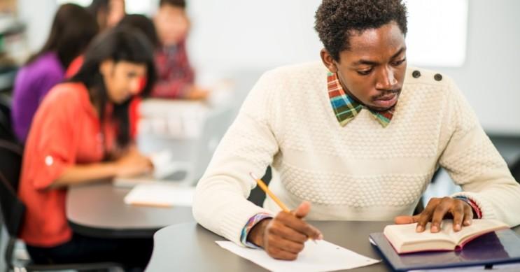 negro estudando